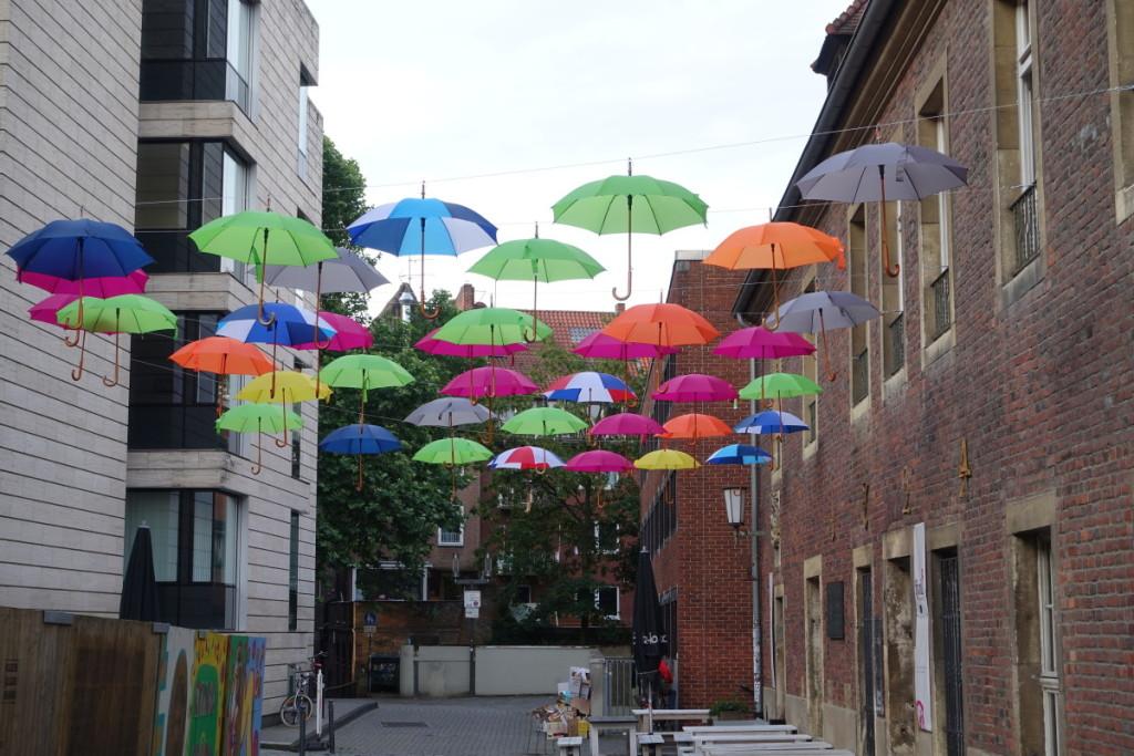 Bild:Schirmparade-Münster-Sehenswürdigkeit-Kunstobjekt Markt